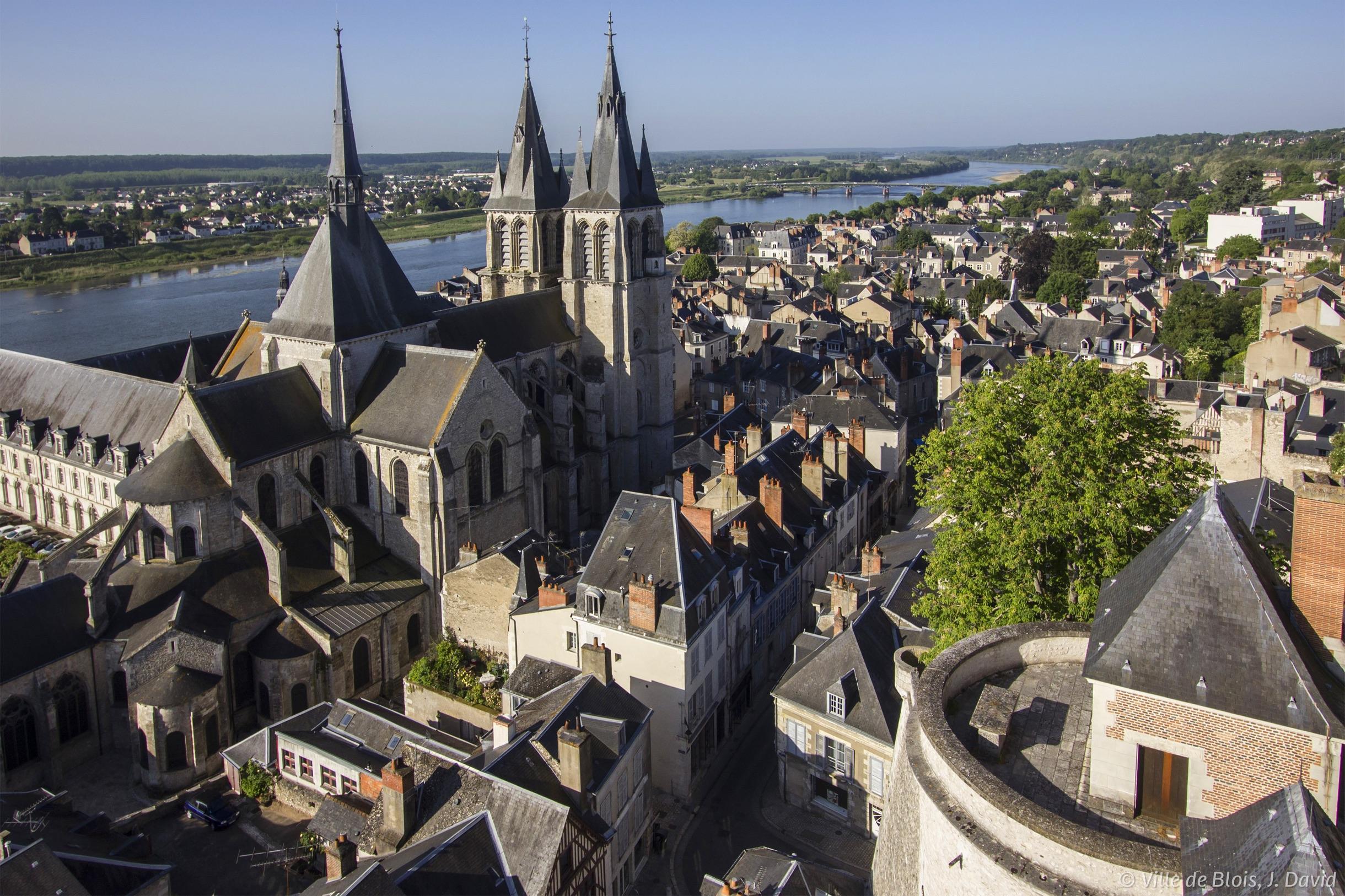 L'église Saint-Nicolas, depuis les terrasses du Foix, avec la Loire en arrière-plan.