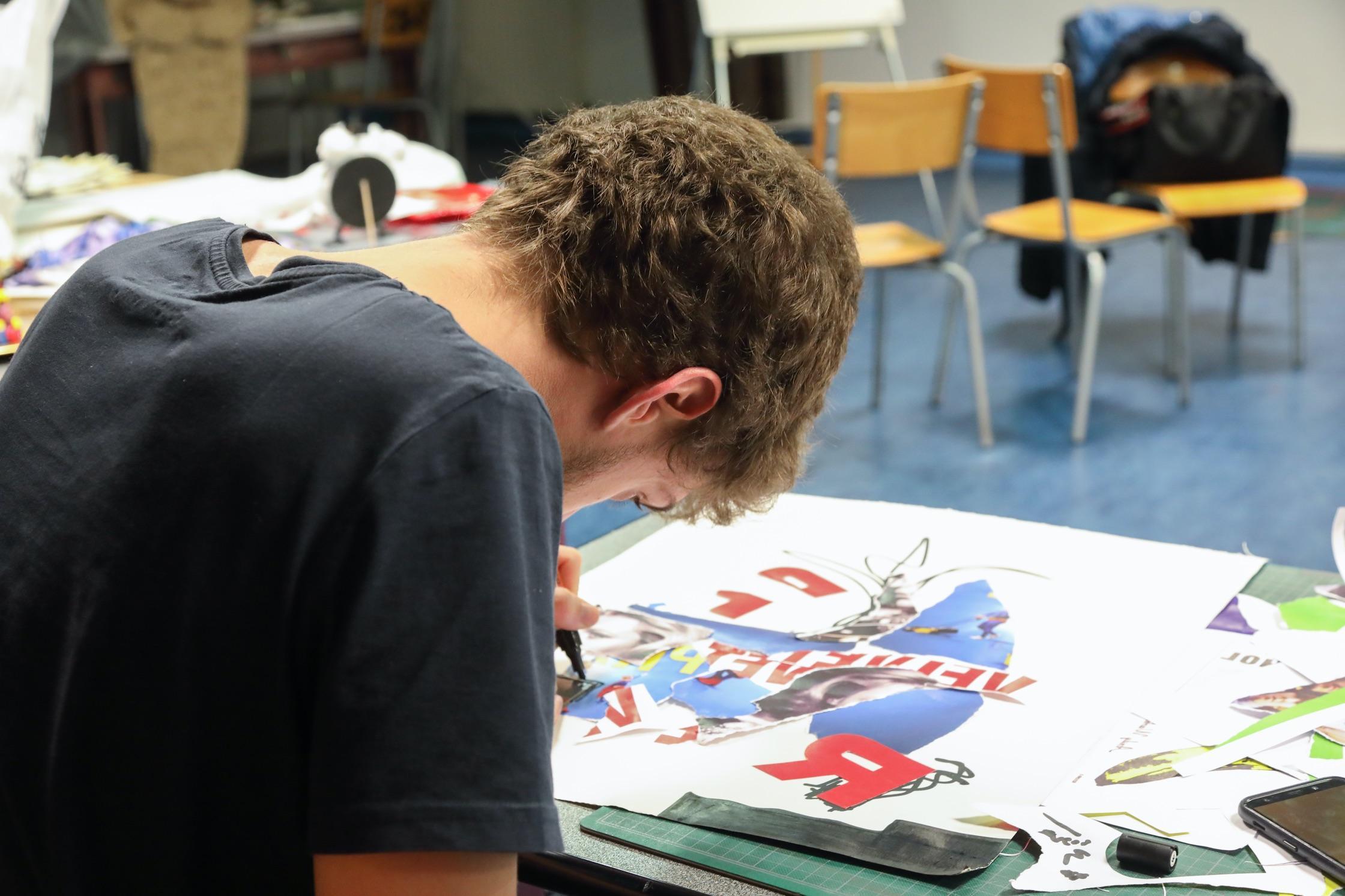 Un étudiant de l'Étic dessine.