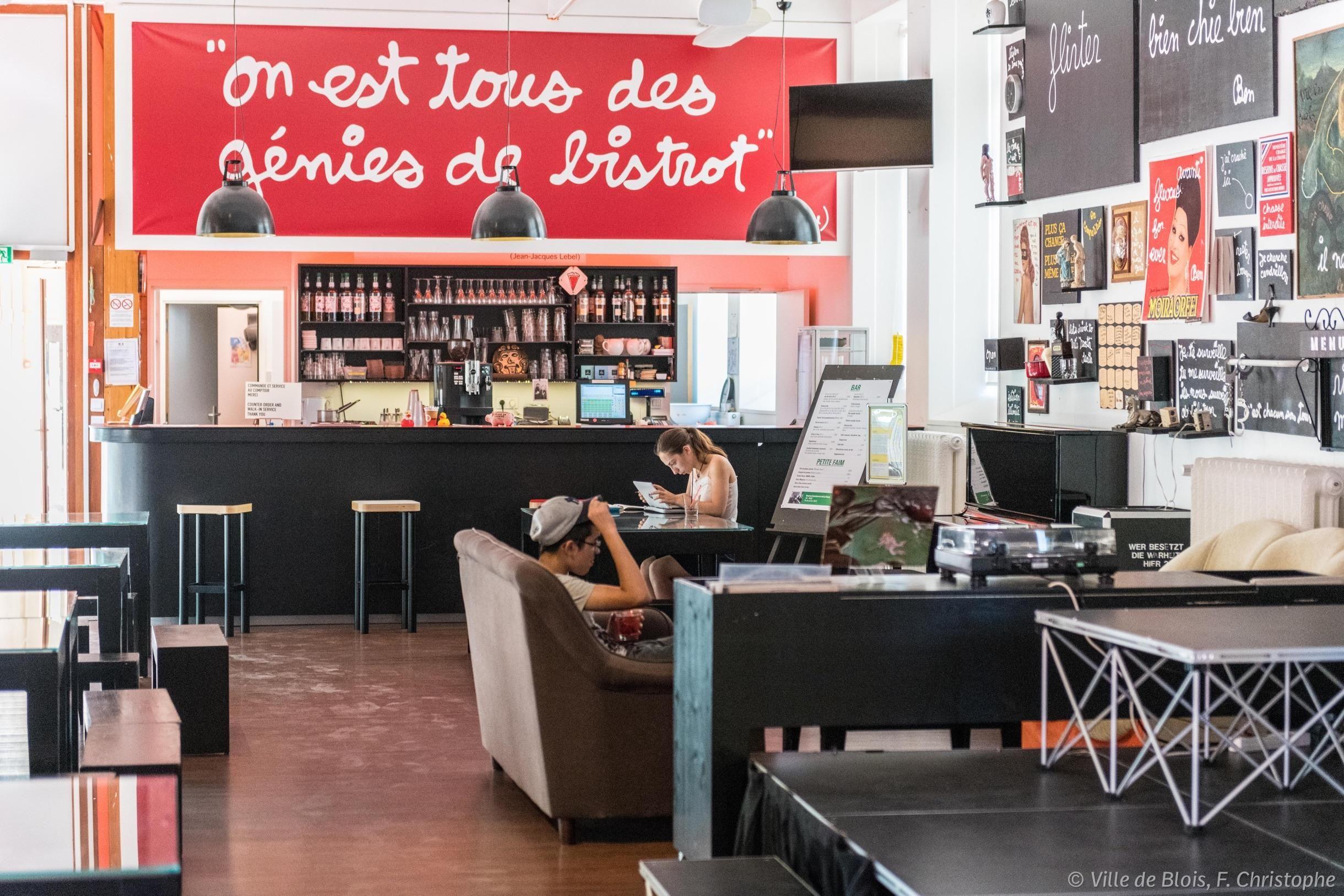 Café Fluxus de la Fondation du doute, avec des canapés et le bar dans le cadre.