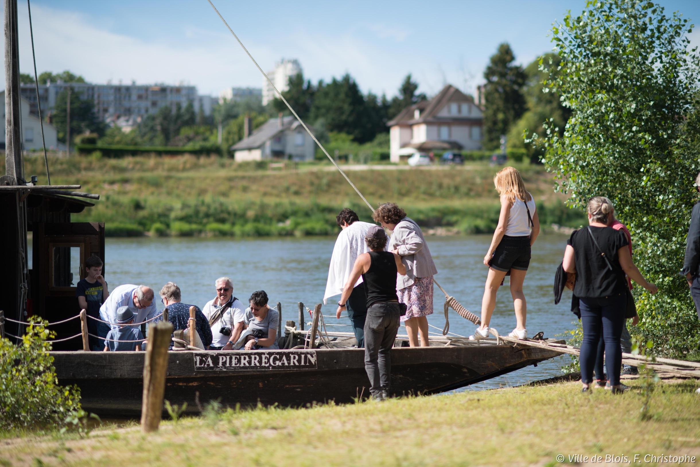 Un groupe embarque dans un fûtreau sur la Loire.