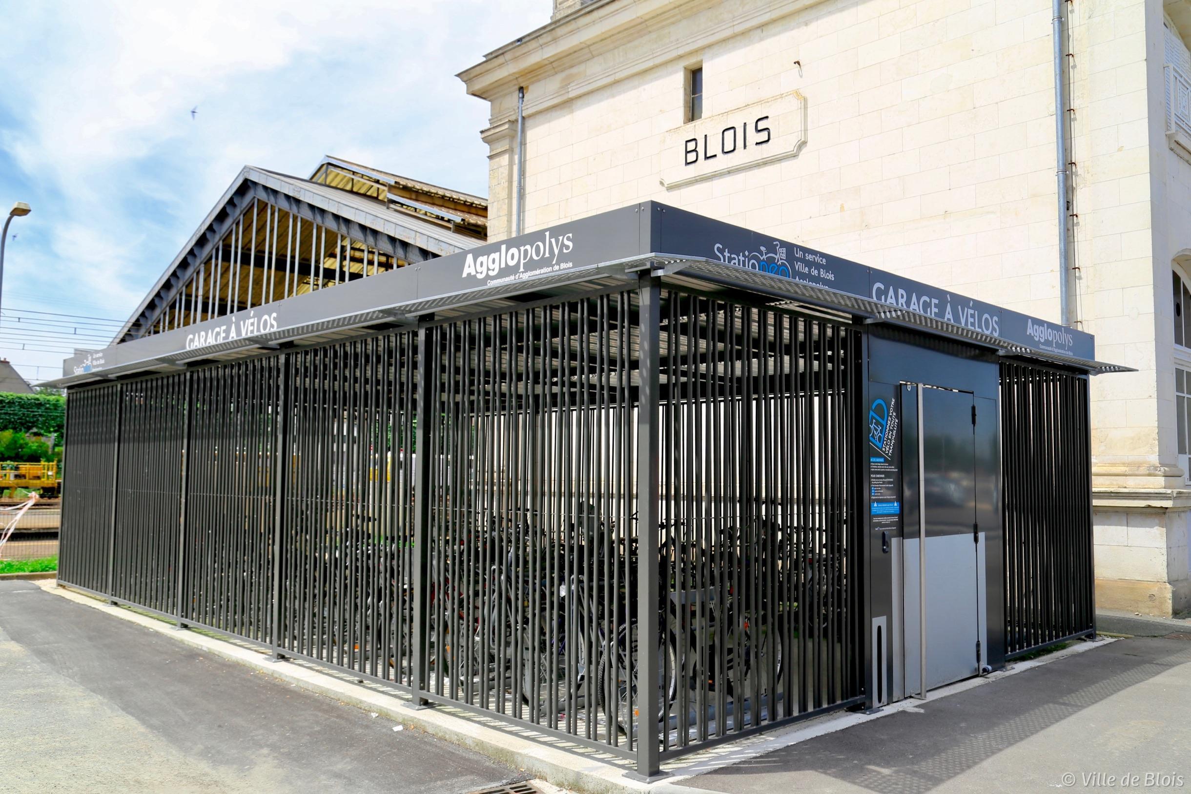 Garage à vélo, attenant à la gare ferroviaire, à l'entrée sécurisée par badge.