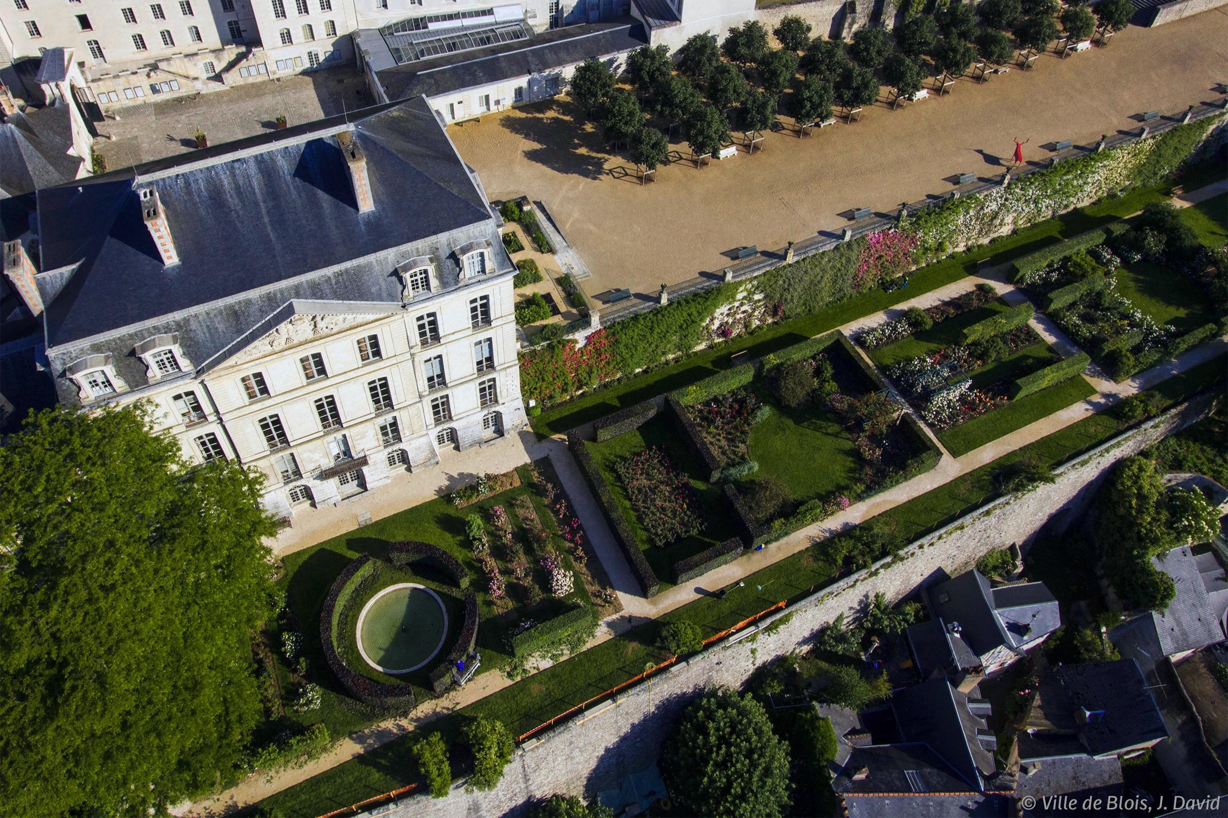 La roseraie et les terrasses des jardins de l'évêché, photographiées depuis le ciel.