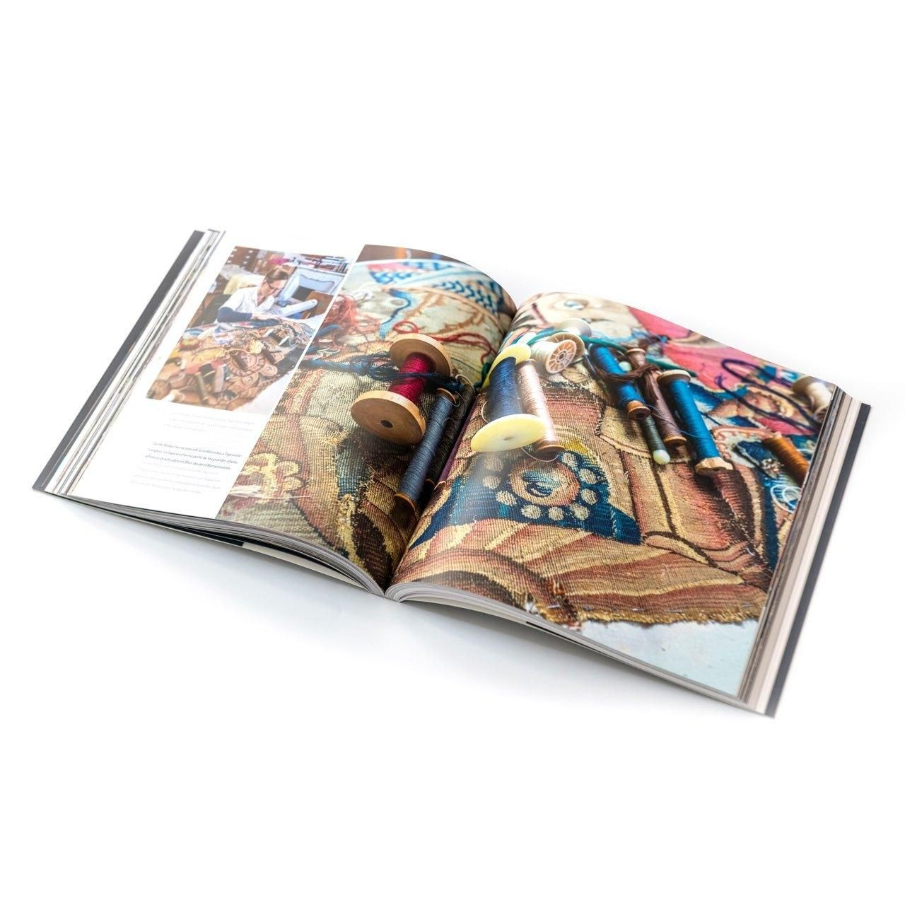 Livre «Blois, de sens et d'esprit» ouvert sur la page dédiée à l'artisanat, avec un gros plan sur l'emblématique tapisserie Langlois, en cours de reprise par Caroline Redais.
