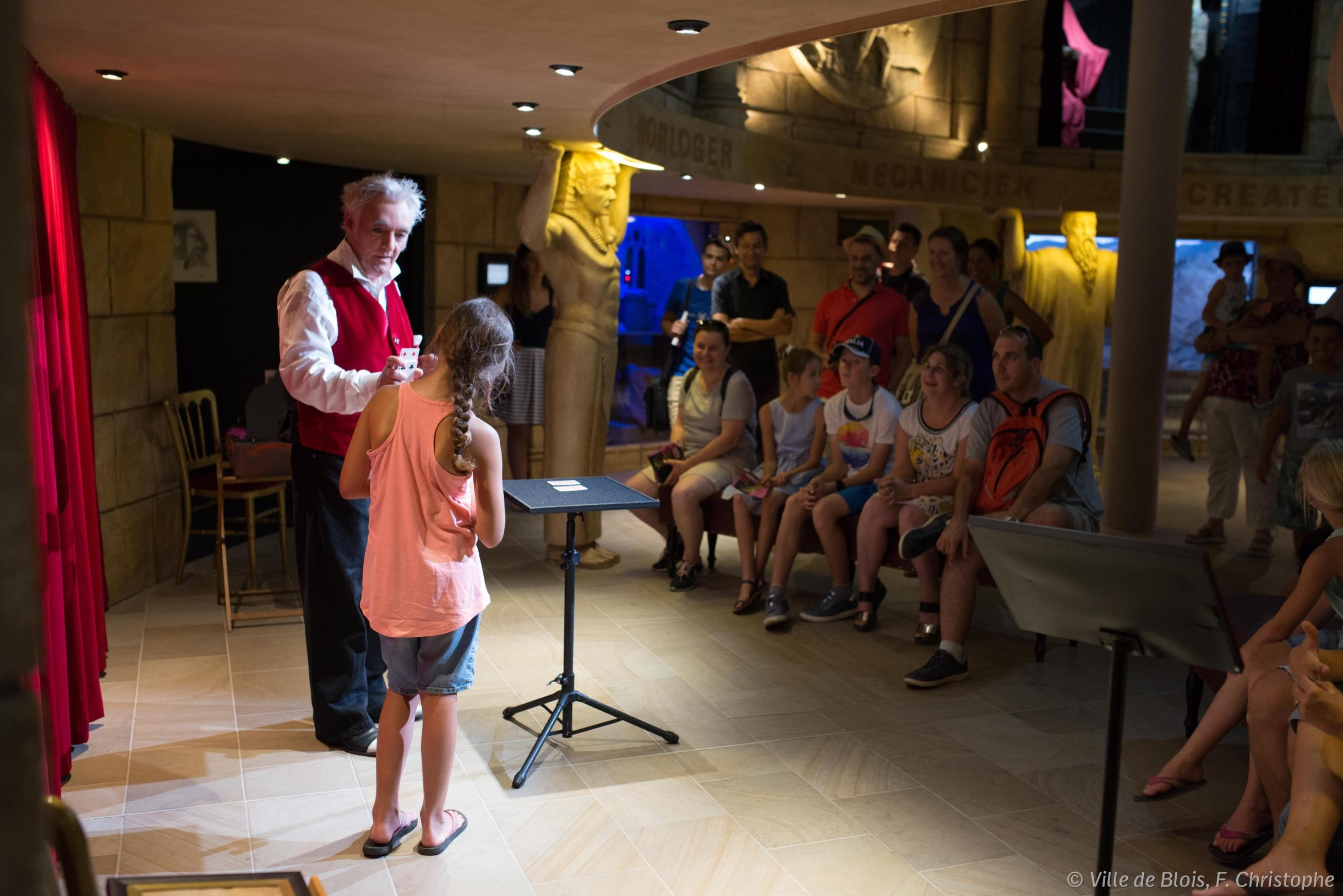 Spectacle de magie interactif dans la Rotonde de la Maison de la magie.