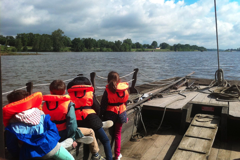 Des enfants en visite sur la Loire avec l'Observatoire.