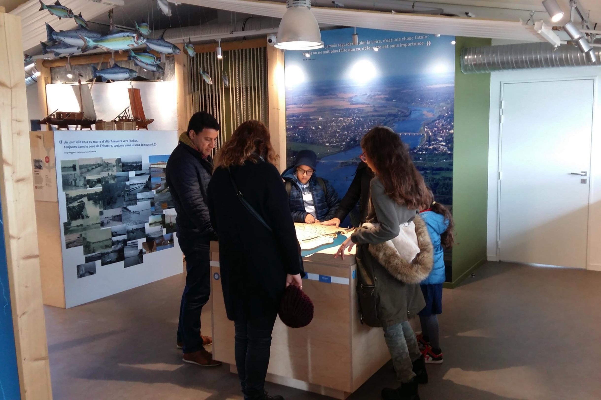 Des visiteurs et visiteuses parcourent l'exposition del'Observatoire.