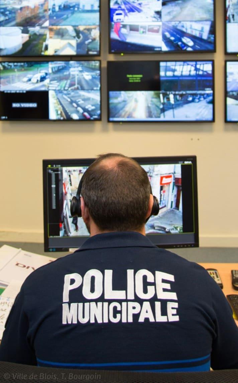 Un agent de police municipale devant les images provenant des caméras sur l'espace public.