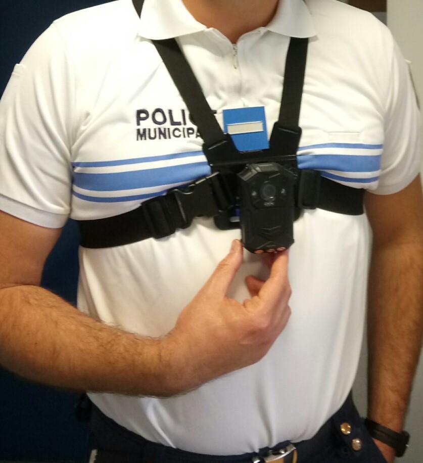 Un agent de la police municipale porte un harnais sur lequel est attaché une petite caméra.