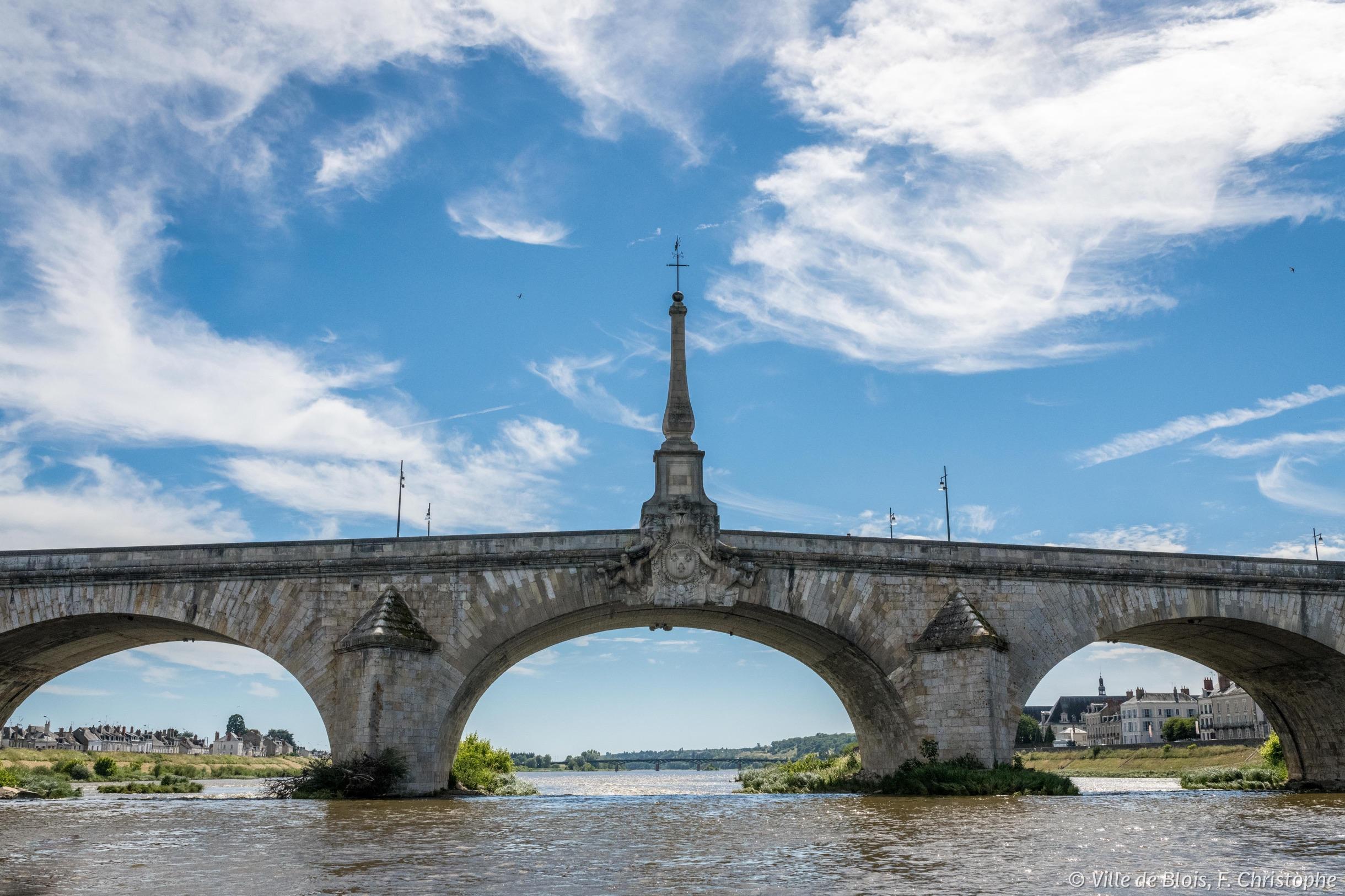 Flèche dupont Jacques-Gabriel, photographiée depuis une embarcation sur la Loire s'apprêtant à passer dessous.