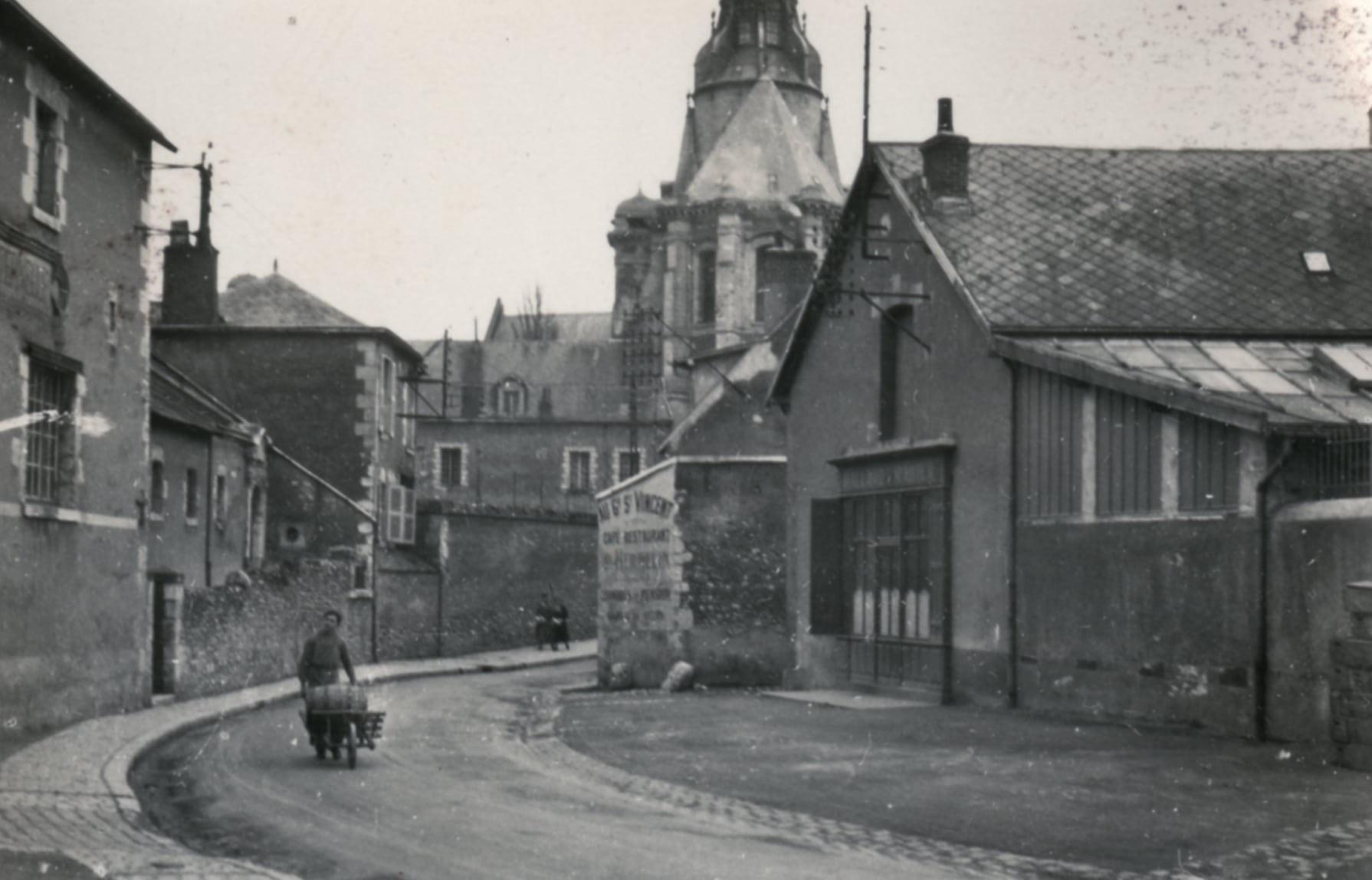 Photo d'archive de la rue du Pont-du-Gast, avec le chevet de l'église Saint-Vincent en arrière-plan.