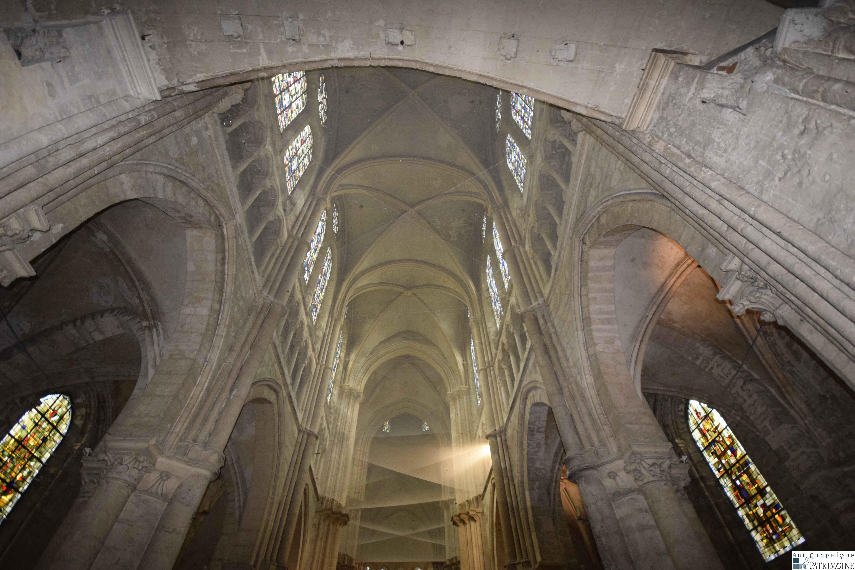 Un filet de protection dans la nef de l'église Saint-Nicolas avant restauration