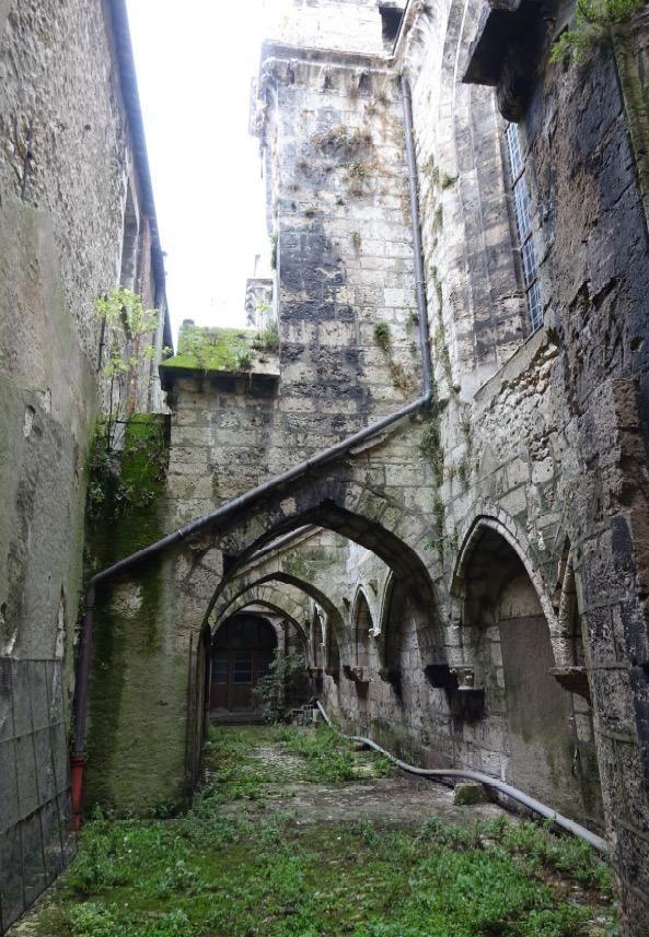 Un parement dégradé à l'église Saint-Nicolas avant restauration