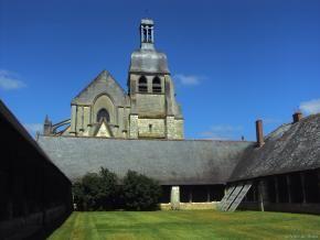 L'église Saint-Saturnin en arrière-plan, l'aître au premier plan.