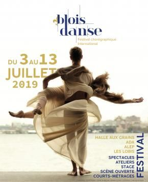 Affiche du festival Blois danse présente deux danseurs, un homme portant une femme, tous deux drapés de blanc