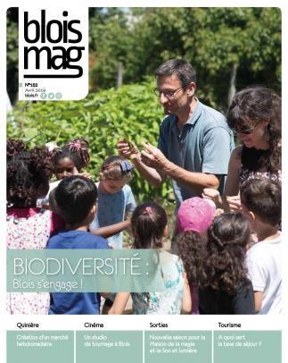 Des enfants autour de deux adultes participent à un atelier nature.