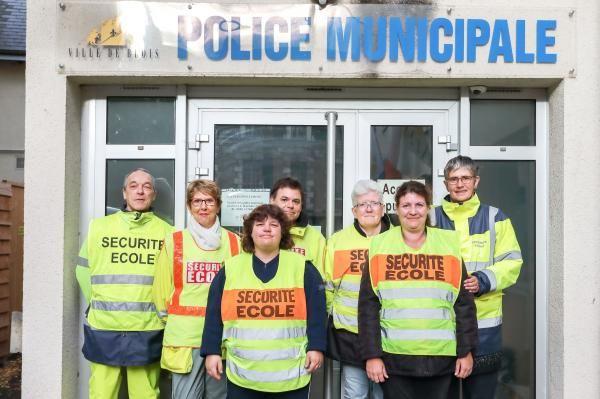 L'équipe des agents de surveillance des écoles pose devant l'entrée de la police municipale.
