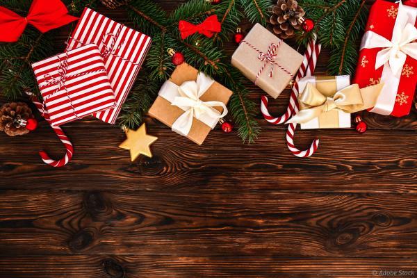 Cadeaux de Noël sous un sapin.