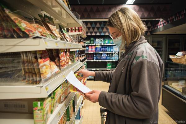 Une personne faisant ses courses dans un magasin alimentaire.