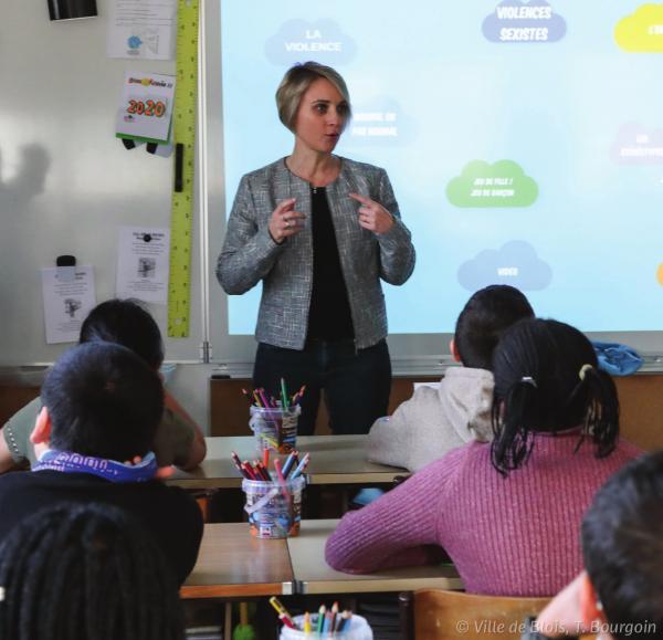 La chargée de Prévention de la Ville anime un atelier à l'école Charcot.