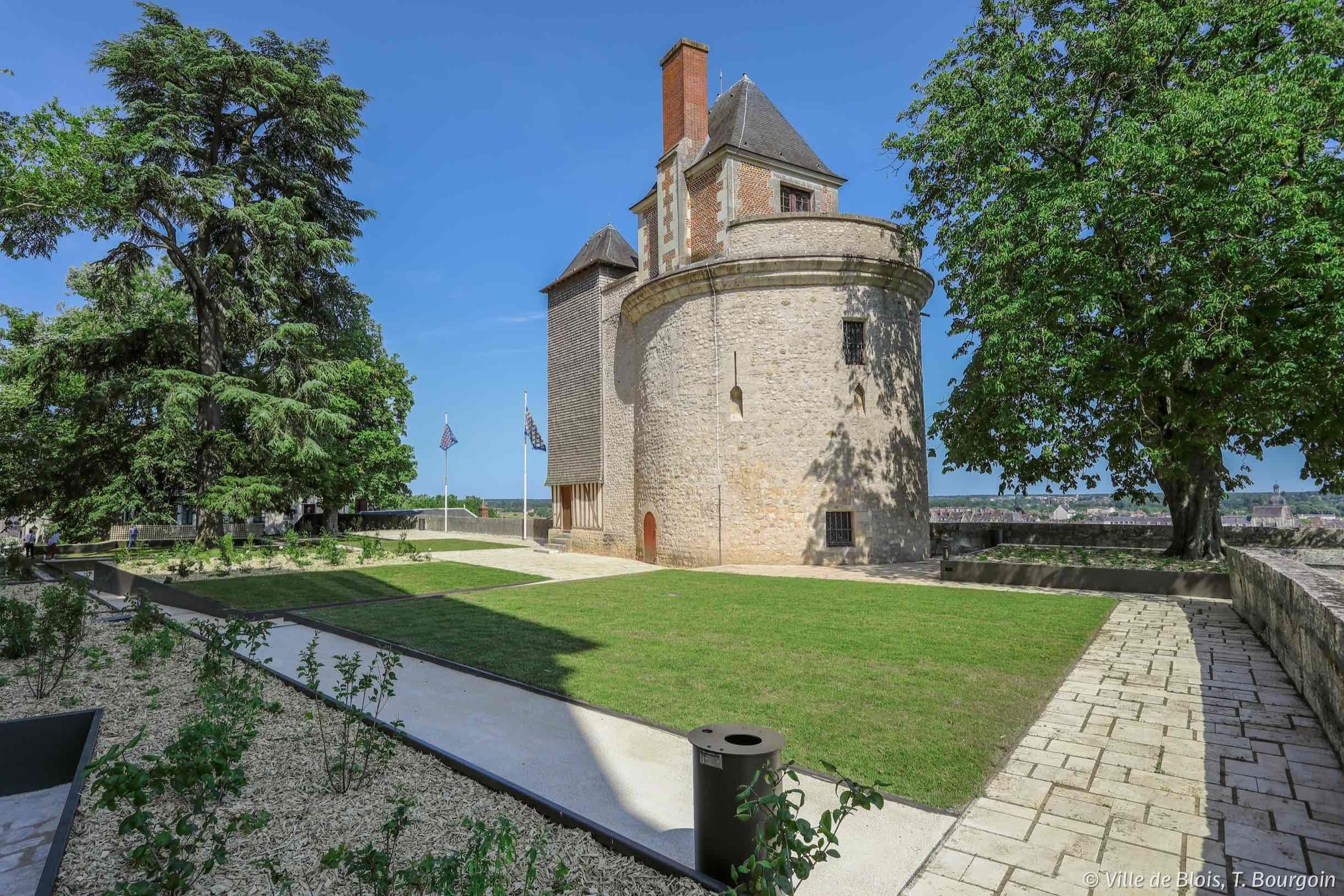 Les nouveaux jardins, avec une pelouse au premier plan, devant la tour du Foix au second plan. La Loire se devine en contre-bas des jardins.